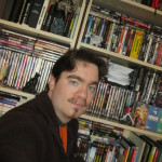 """Grégoire """"SilverSon"""" prend fièrement un selfie devant sa bibliothèque personnelle."""